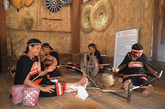 Giữ gìn và phát huy giá trị trang phục truyền thống của các dân tộc thiểu số